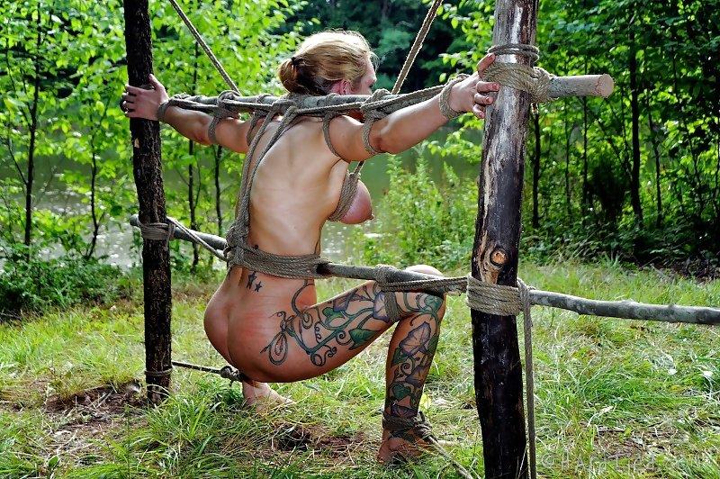 ギシギシに縛られ森で緊縛!