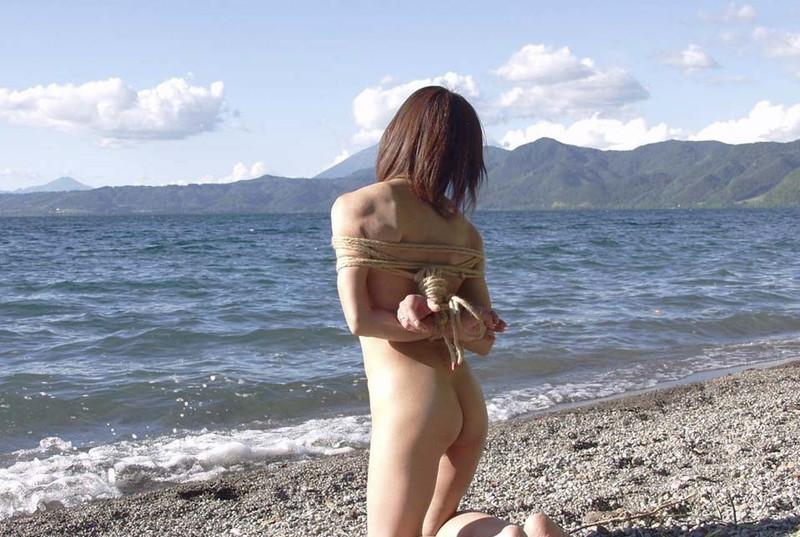 浜辺で海を眺めながら…