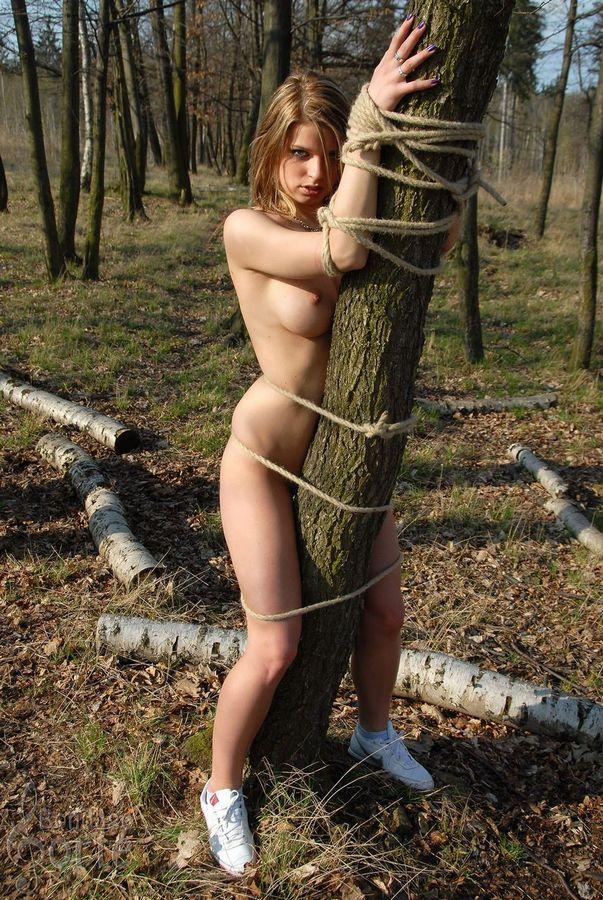 木に縛り付けられてる海外美女!