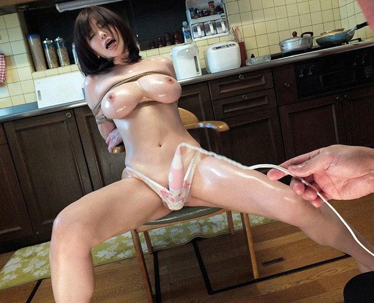 巨乳美女をキッチン前で…