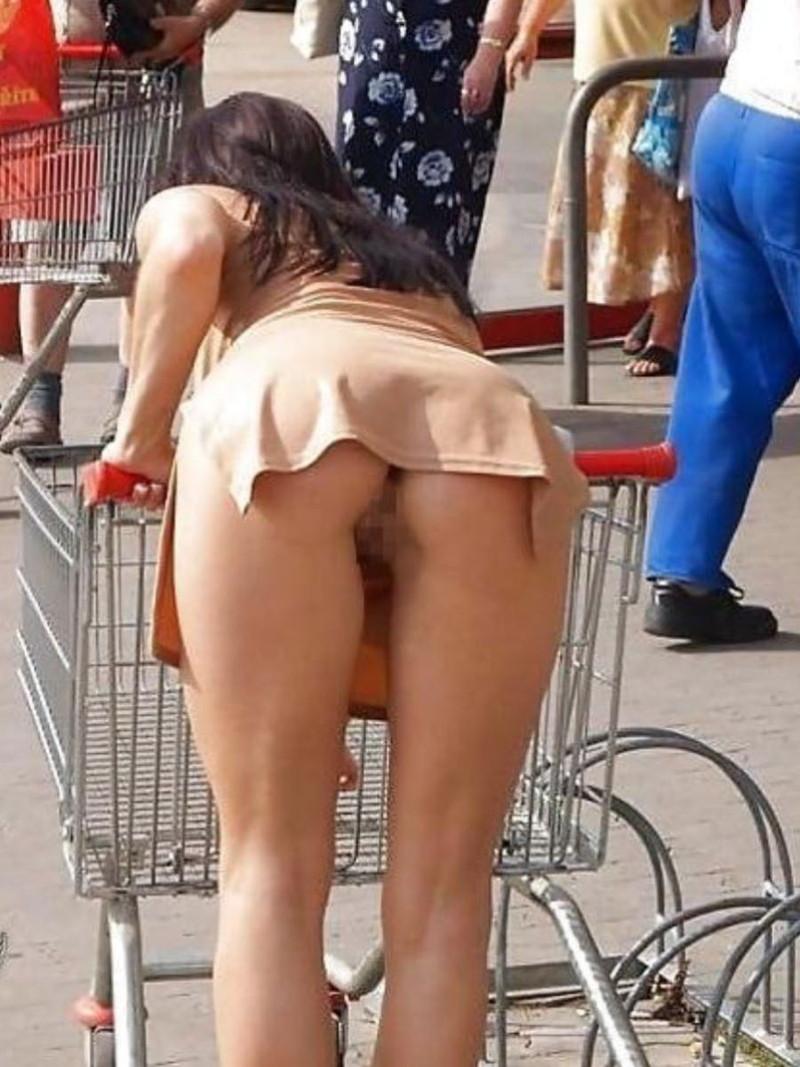 買い物中のノーパン尻!