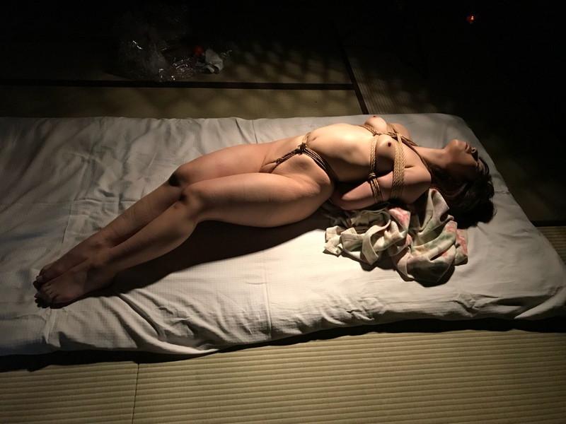 布団の上で全裸緊縛!