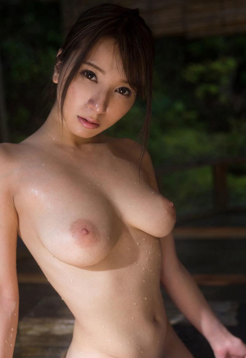 濡れるスレンダー美女の巨乳!