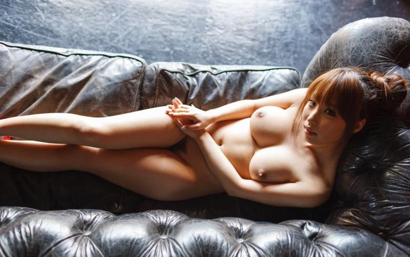 ソファーの上で全裸の美女!
