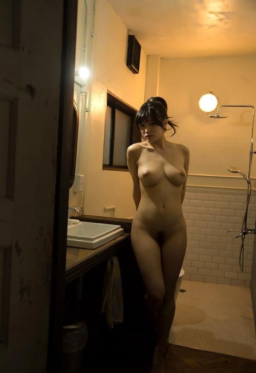 佇む美女は全裸姿!
