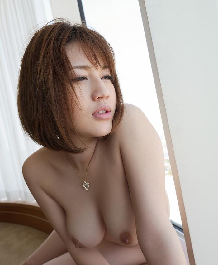 巨乳な美女が全裸にネックレス!