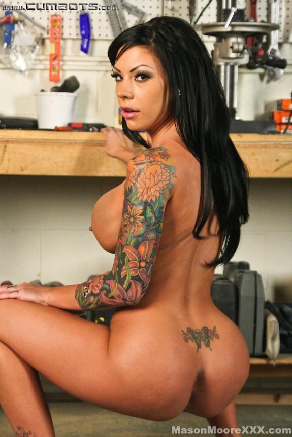 タトゥーがカッコいい美女が…