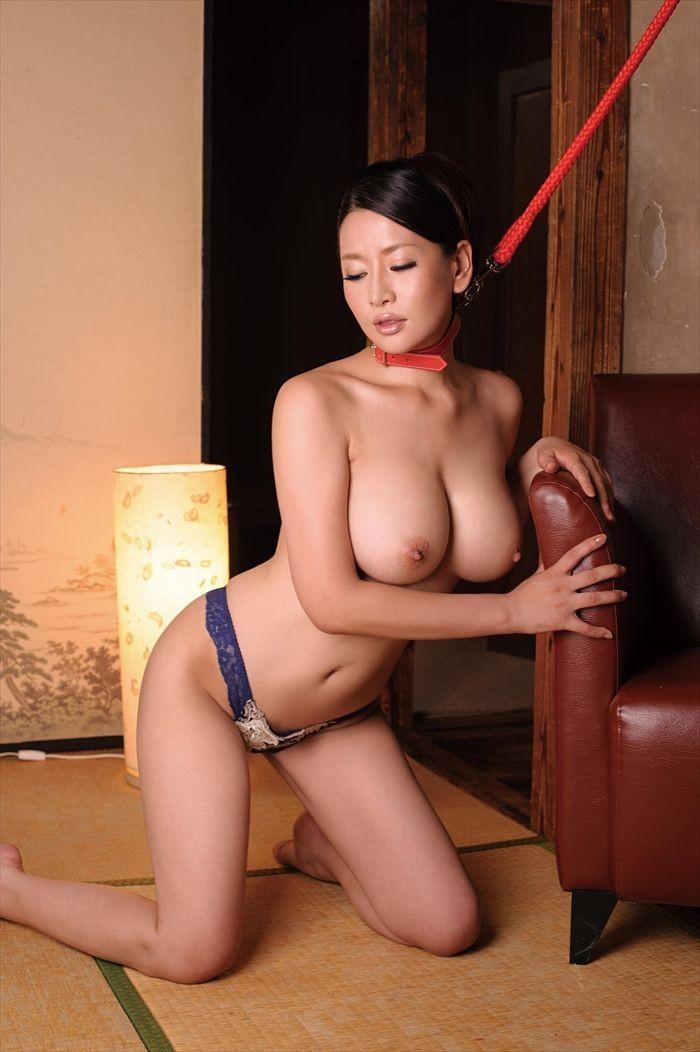 巨乳の美熟女がトップレス姿で首輪を付けて…