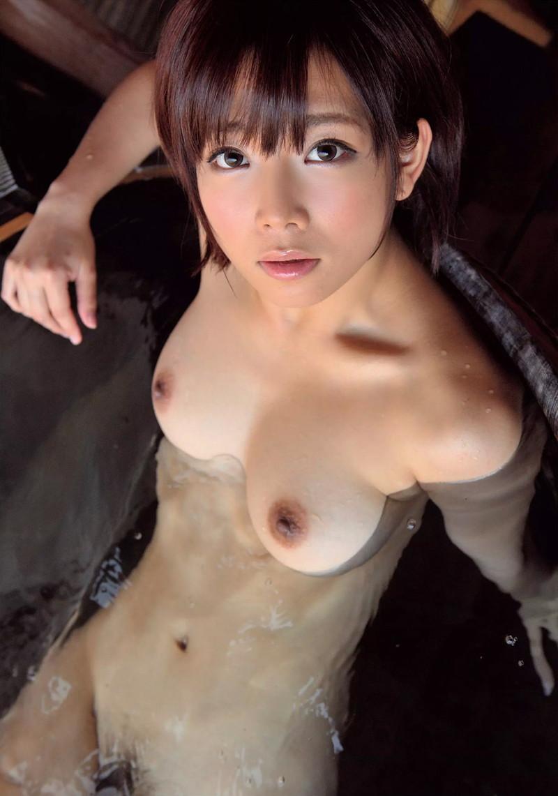お湯から透けてる美乳がエロい!