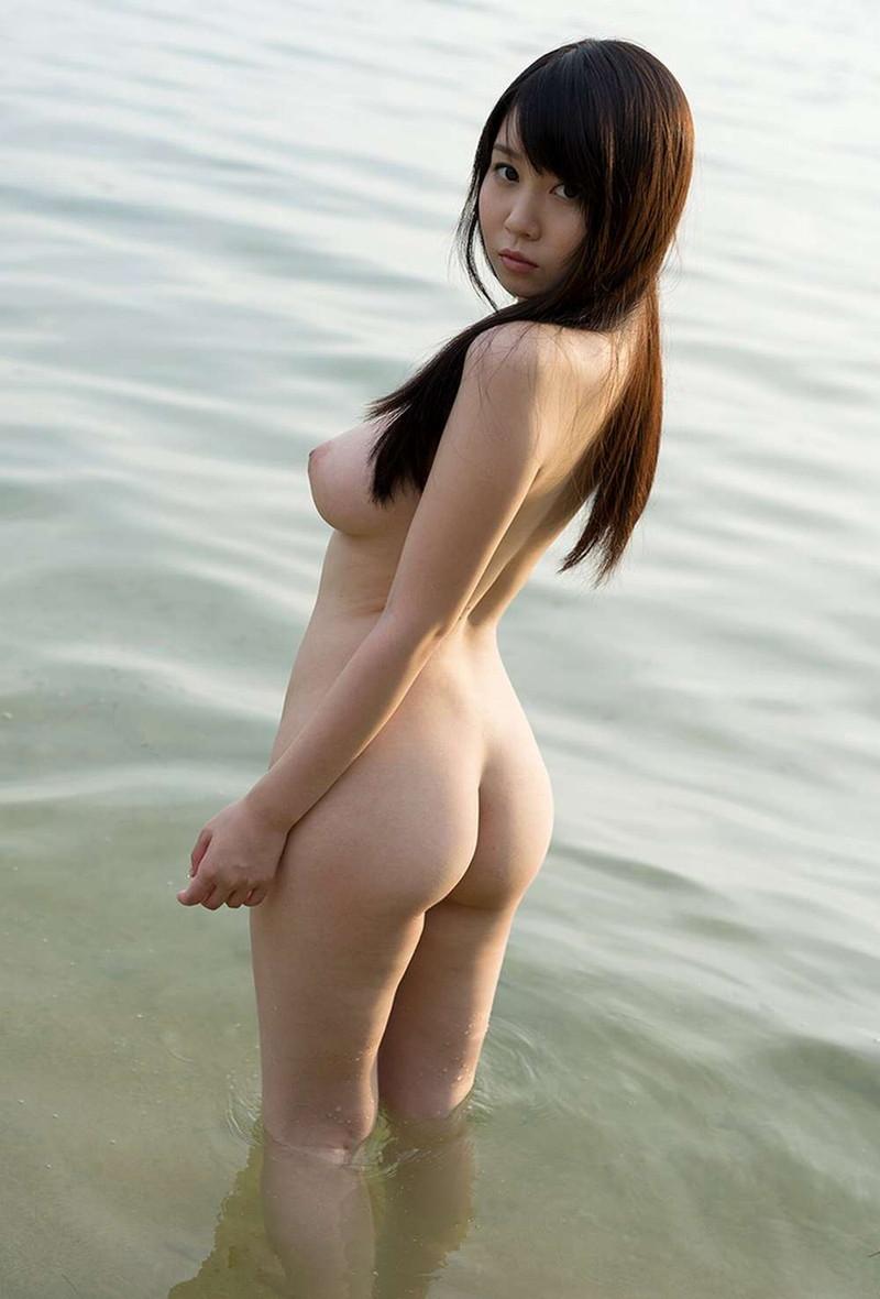 見返り美人の後ろ姿にドキドキ!