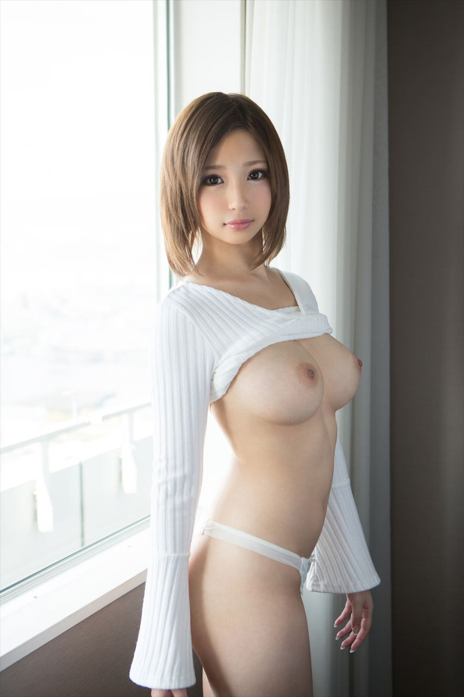 セーターたくし上げ巨乳が丸見え!