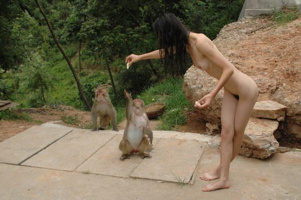 猿の餌やりも全裸で!