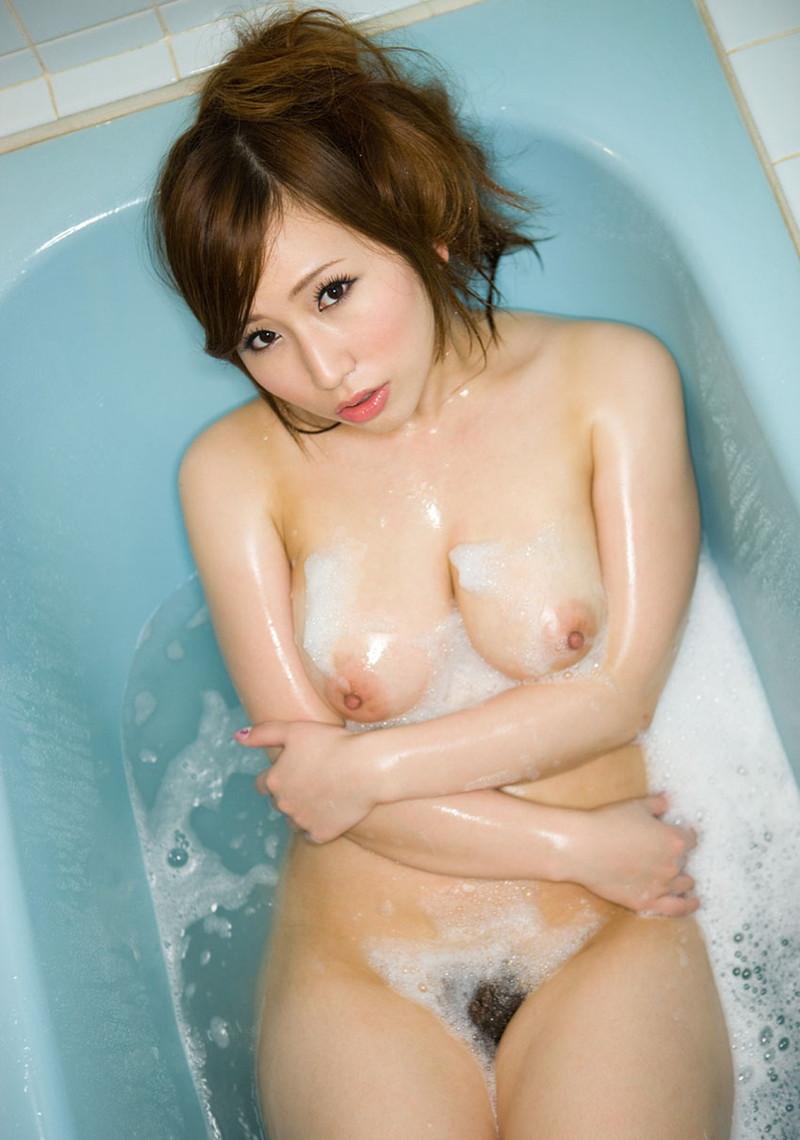 入浴中のムチムチ美女!