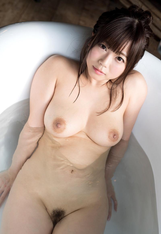 透明な湯船から裸が透ける!
