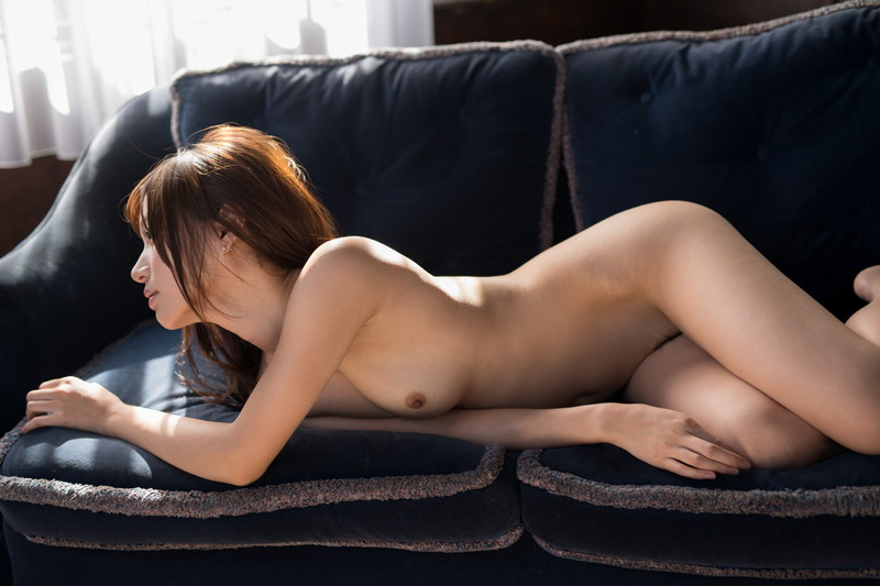 全裸美女がソファーでフルヌード!