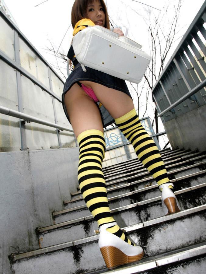 赤いパンツが階段パンチラ!