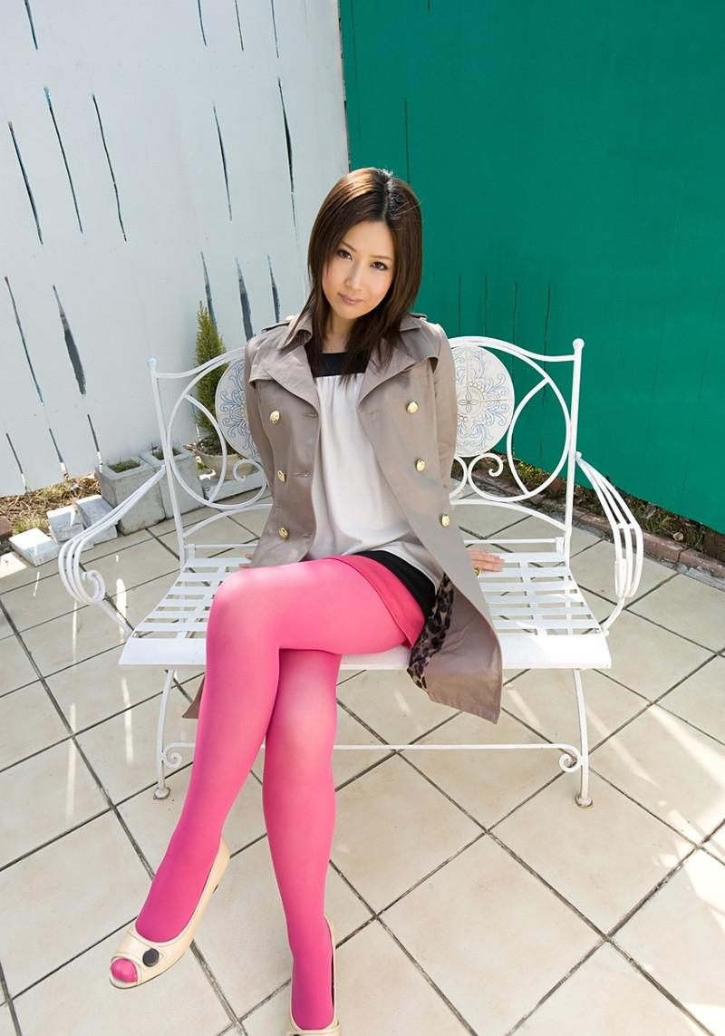 ピンクのパンスト履いて足組み!