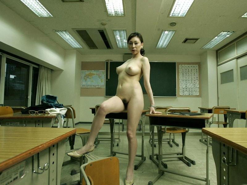 教室に全裸の熟女!