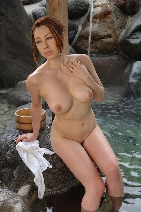 巨乳の熟女が入浴中!