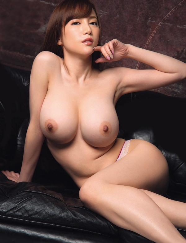 巨乳なのにスレンダーな美女がトップレス姿!
