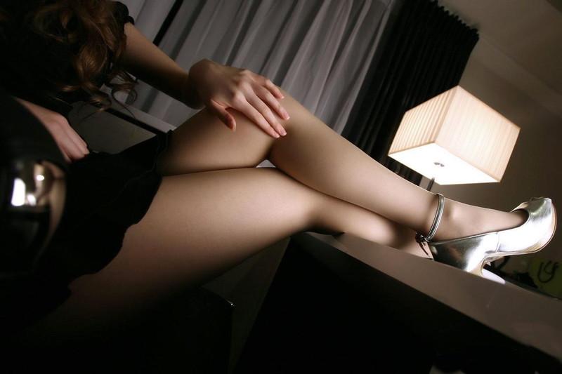 美脚がより美しく見えるミニスカートって素敵!