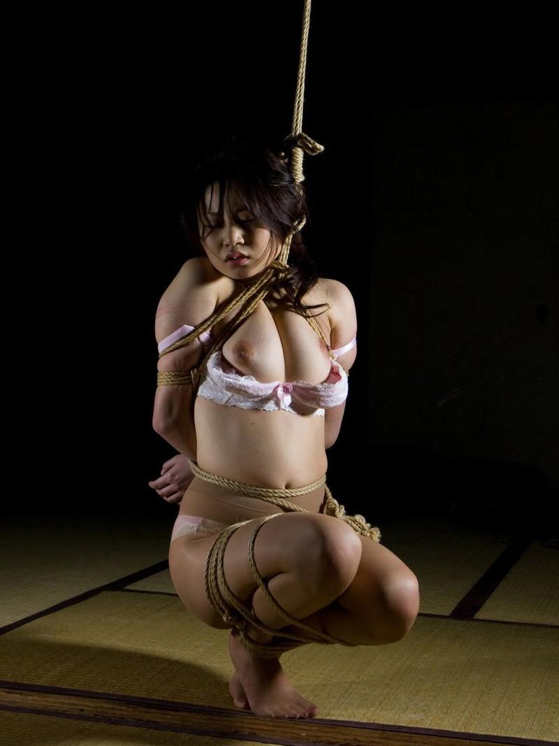 和室でハードな全裸緊縛!