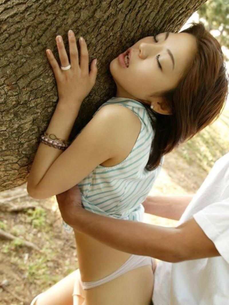 木に掴まりながら感じる姿はエロい!
