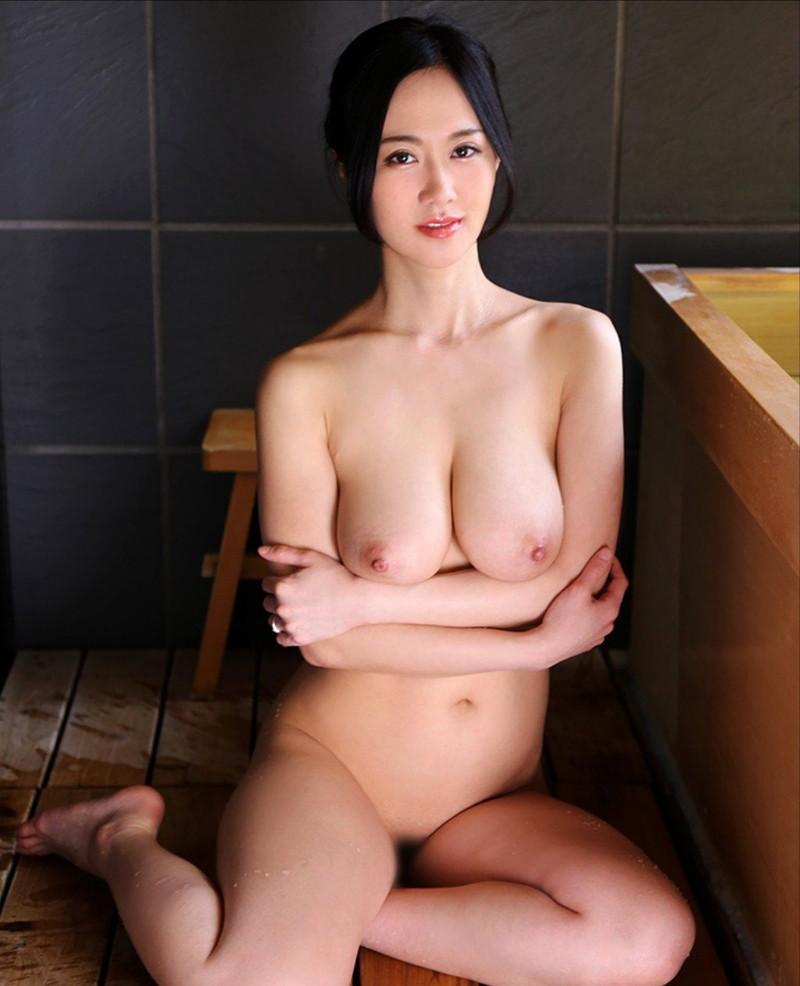 ニコリとしてる全裸美女!