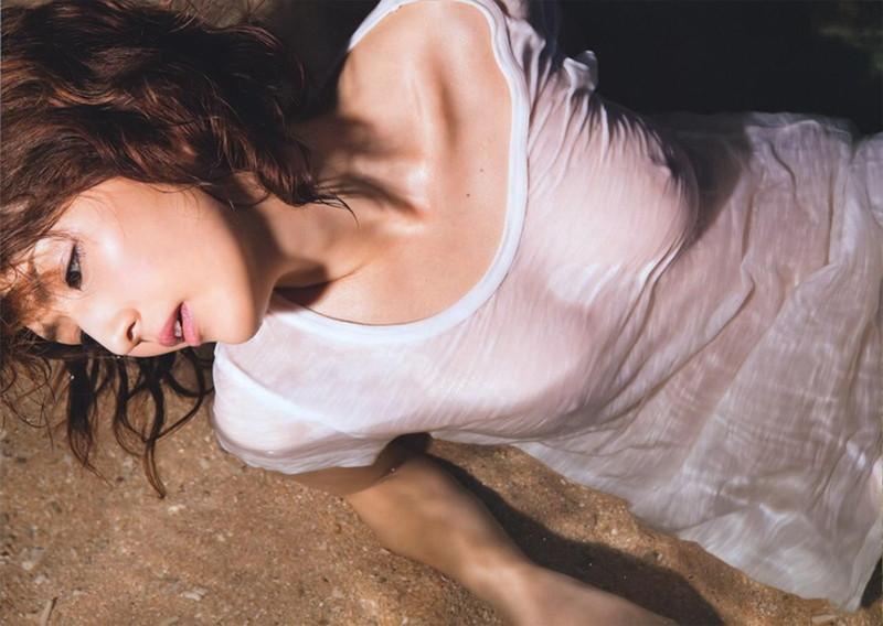 濡れてる白いTシャツから乳首透ける!