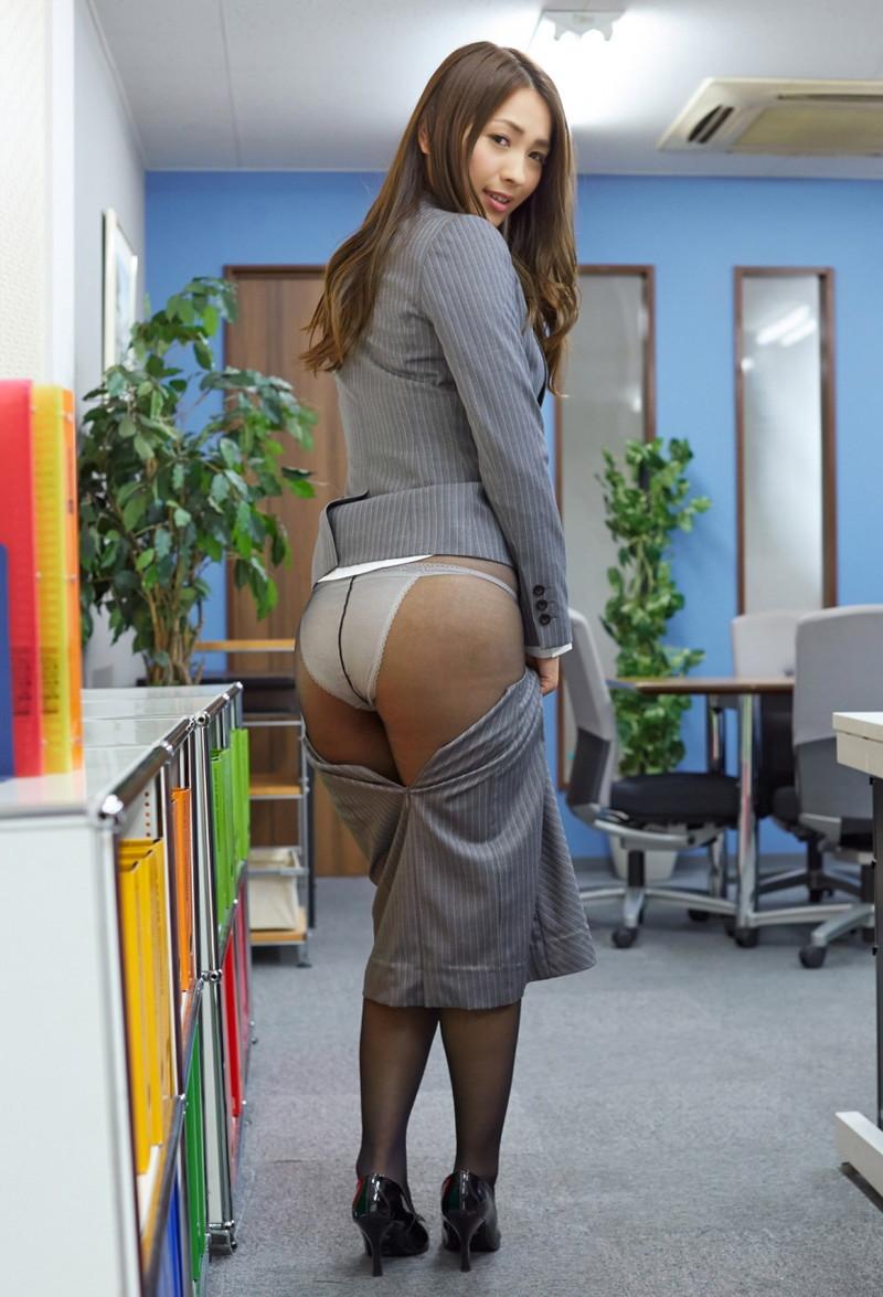 タイトスカート脱いだら黒パンスト越しにパンツが…
