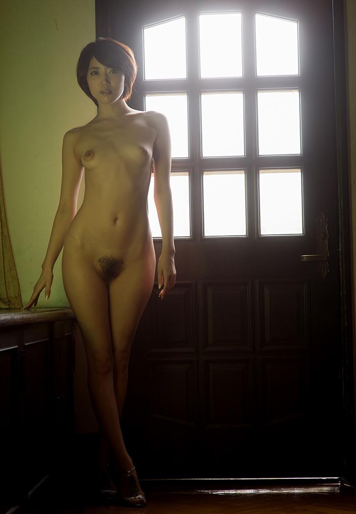 ショートカット美女が全裸で…