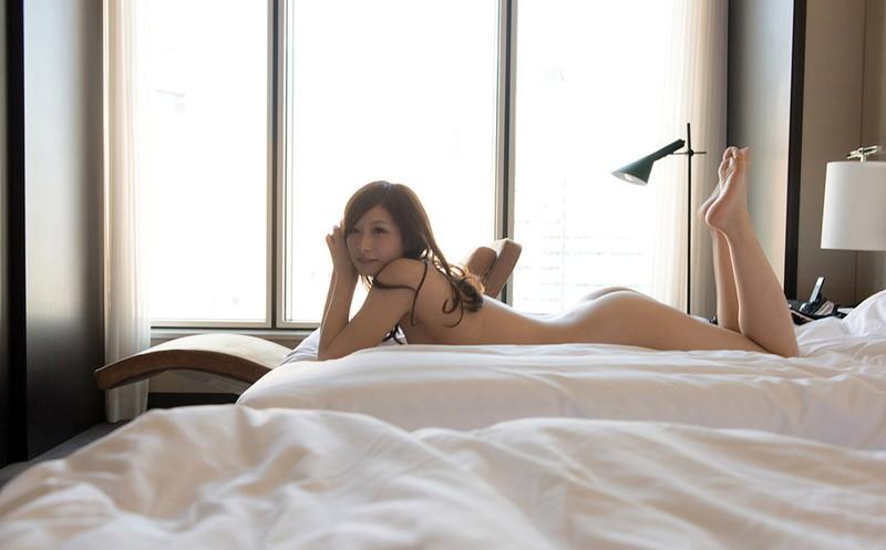 ベッドに寝そべる美女にメロメロだ!