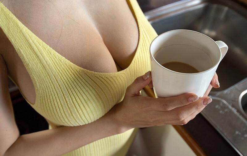 朝のコーヒーとタンクトップの谷間!