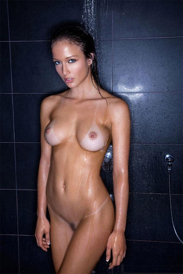 シャワーで濡れていく体がセクシー!