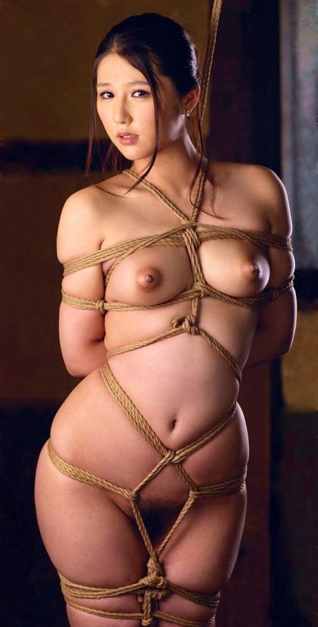 全裸で美人なお姉さんが緊縛されて…