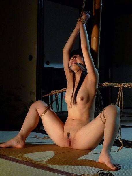 全裸で強制的にM字開脚!