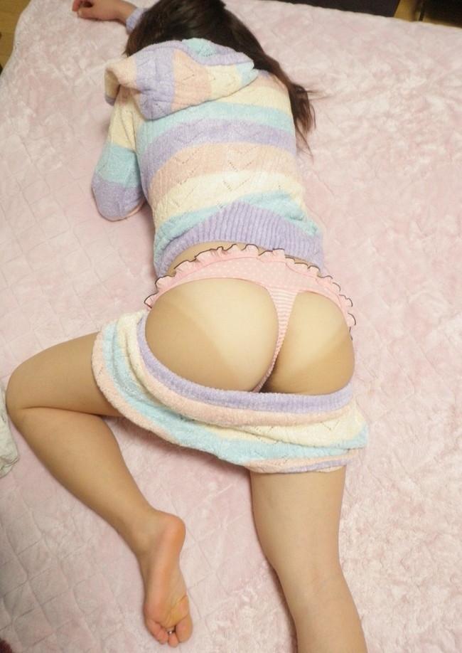 可愛いパジャマのズボンをズラすと…