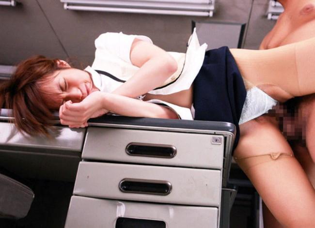机の上で側位セックス!
