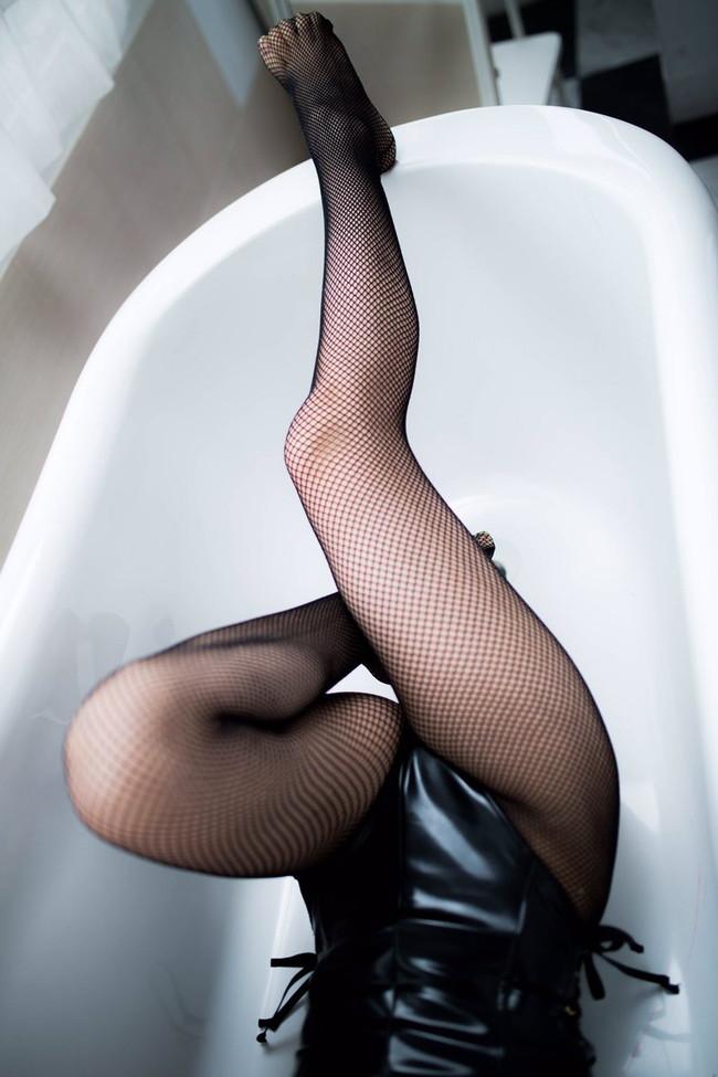 風呂場で網タイツ美脚を!