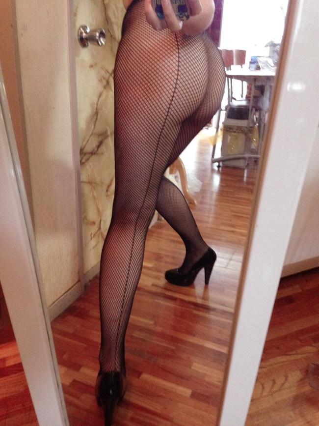 自撮りで網タイツ美脚を…
