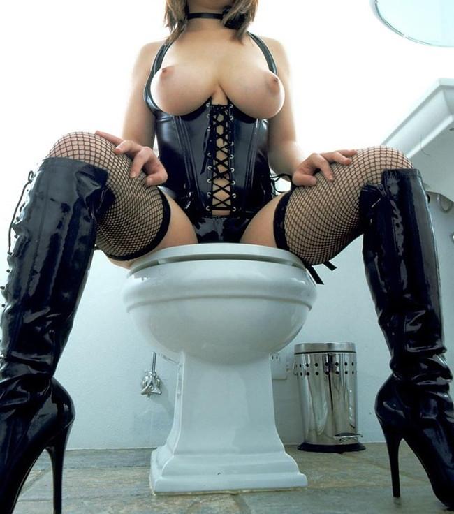 トイレに座るボンテージ姿のお姉さん!
