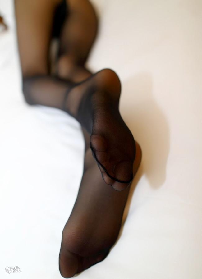 スレンダーな美脚の足の裏が…