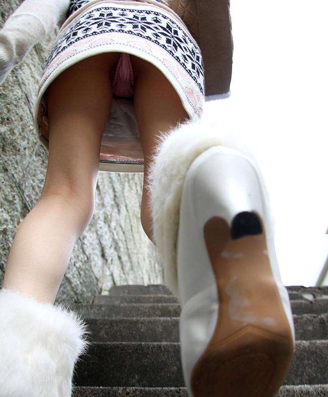 ローアングルパンチラ中の階段の登り降り!