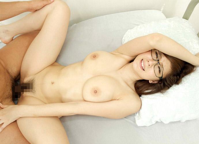 眼鏡をかけた美女の正常位がエロすぎ!