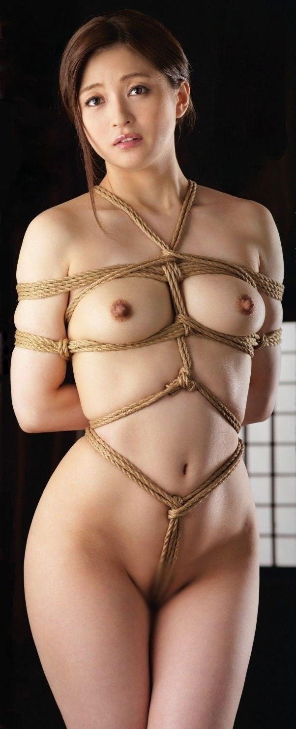 美熟女の股に食い込む縄がエロい!