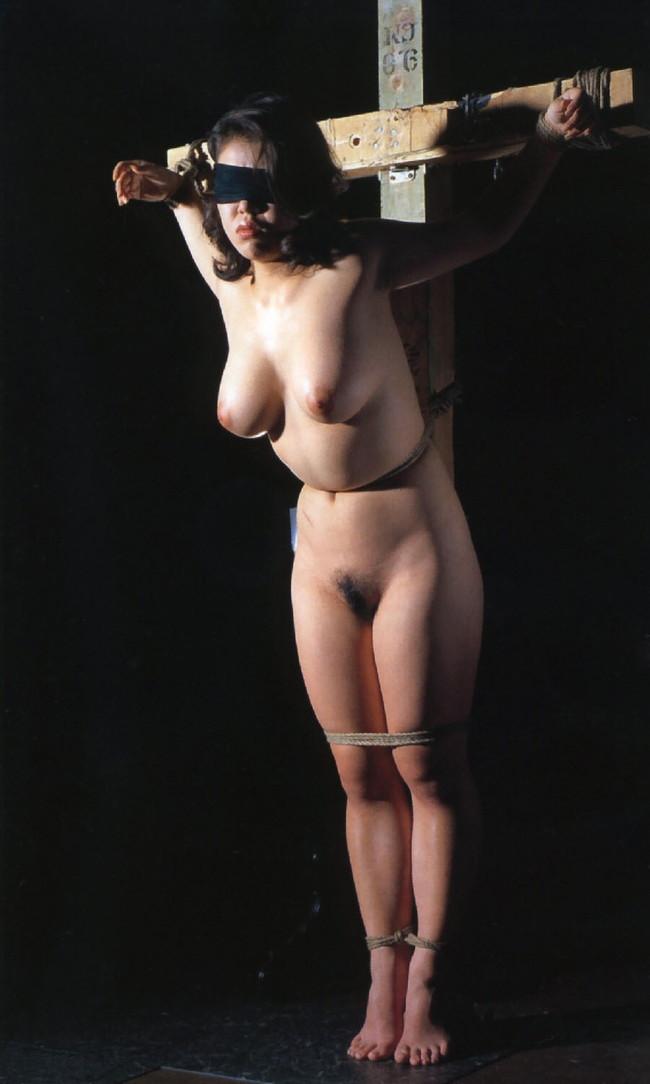 全裸で磔台に…