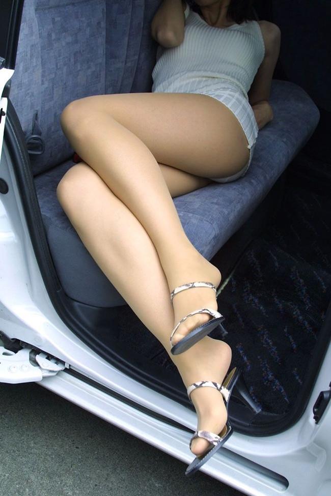 車内で長い美脚を…