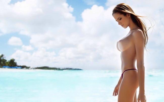 ビーチでおっぱい丸見えな外国美女!