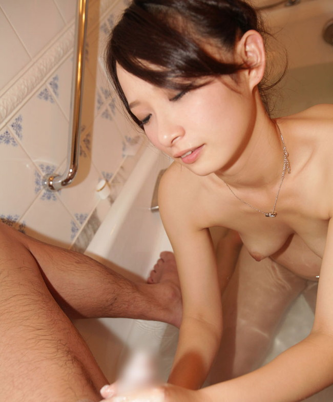 お風呂場で綺麗なお姉さんが手コキ!