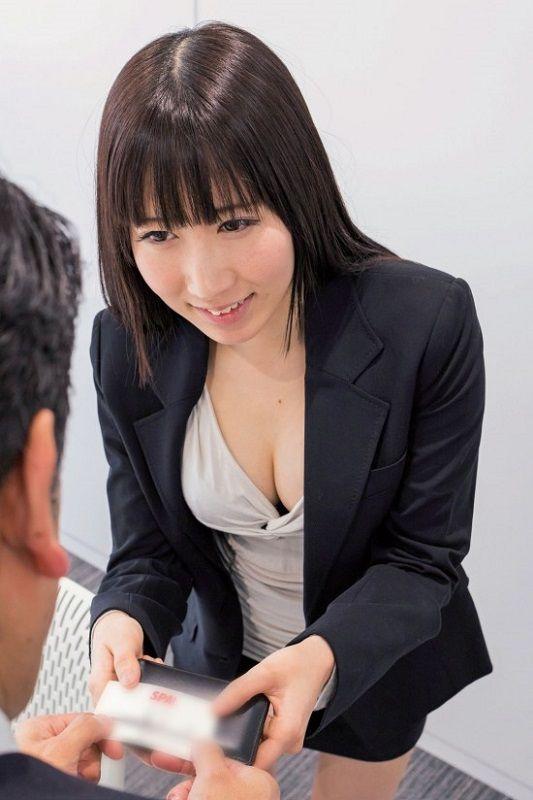 名刺交換の際は胸元にも視線が…